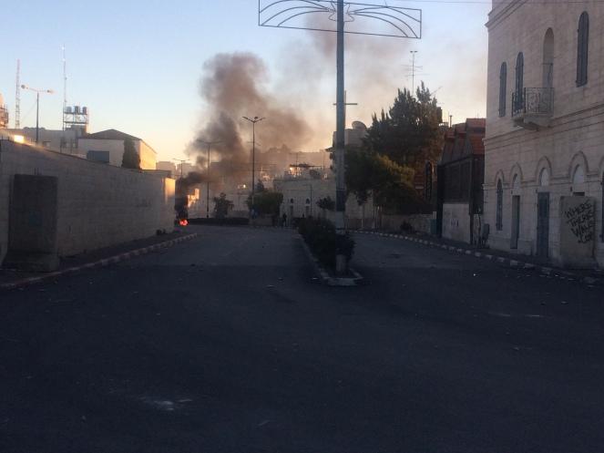 Leere Straßen in Bethlehem. Kampf zwischen Palästinenserin und Militär